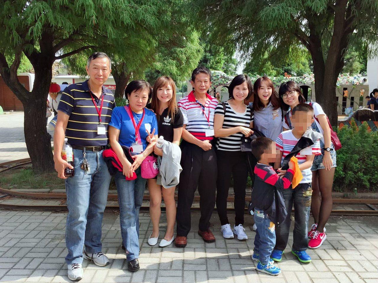 寄養爸爸黃志揚(中)與妹妹黃憲琇(左二)先後加入寄養服務,兩家之間常彼此照應寄養...