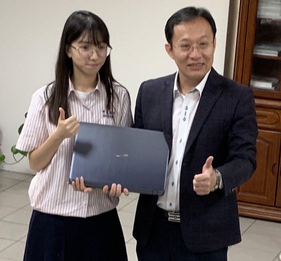 中正高中越南新二代清寒單親家庭女孩蔡佩純(左),錄取台大機械工程系,校長陸炳杉(右)特別贈送一台筆記型電腦,鼓勵她勇敢邁進下一階段學習。圖/中正高中提供