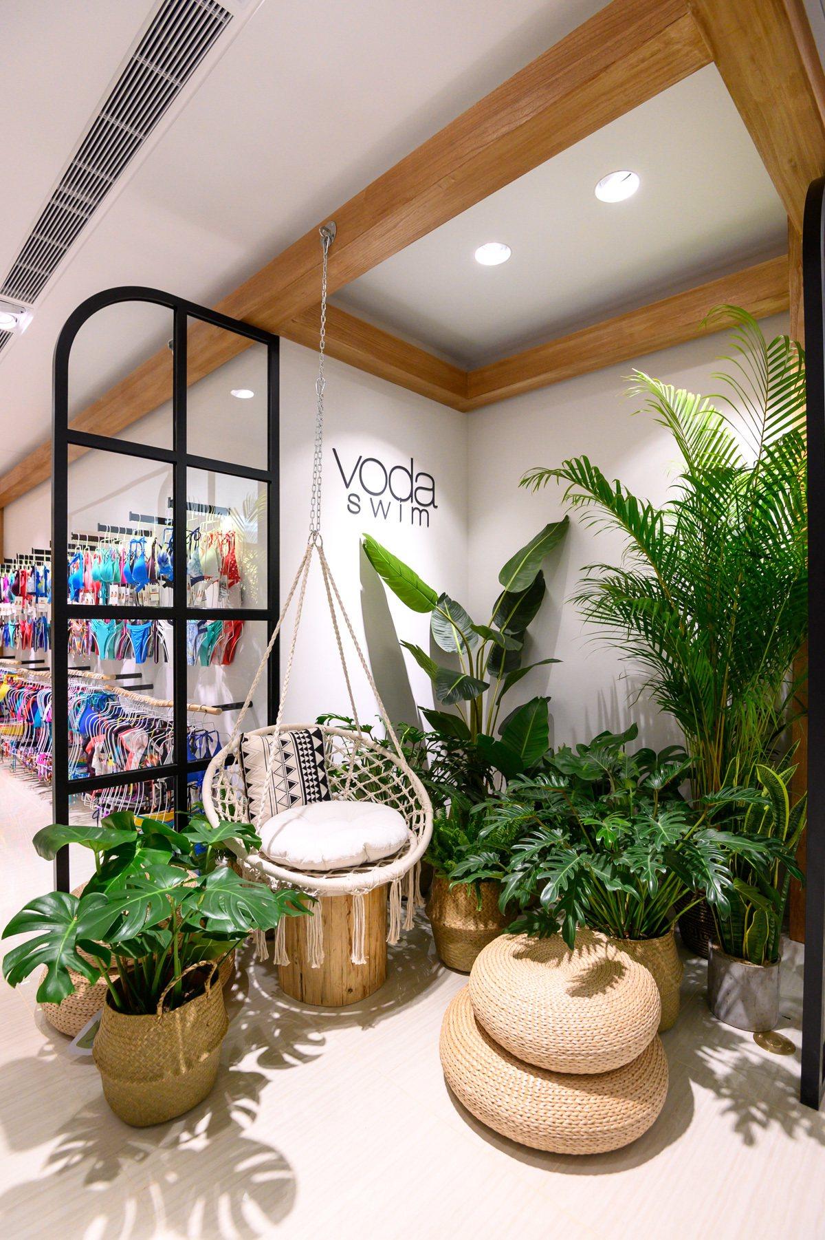sunday遠百信義A13渡假概念店有著充滿熱帶風情的店裝。圖/sunday提供