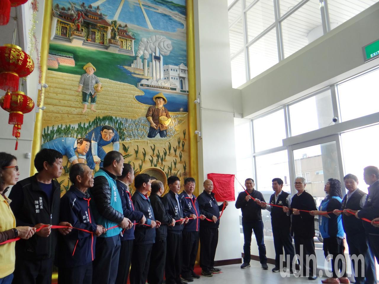 雲林縣麥寮鄉公所請來國寶級交趾陶大師呂勝南在公所內部打造藝術浮雕牆,昨天揭幕,讓...