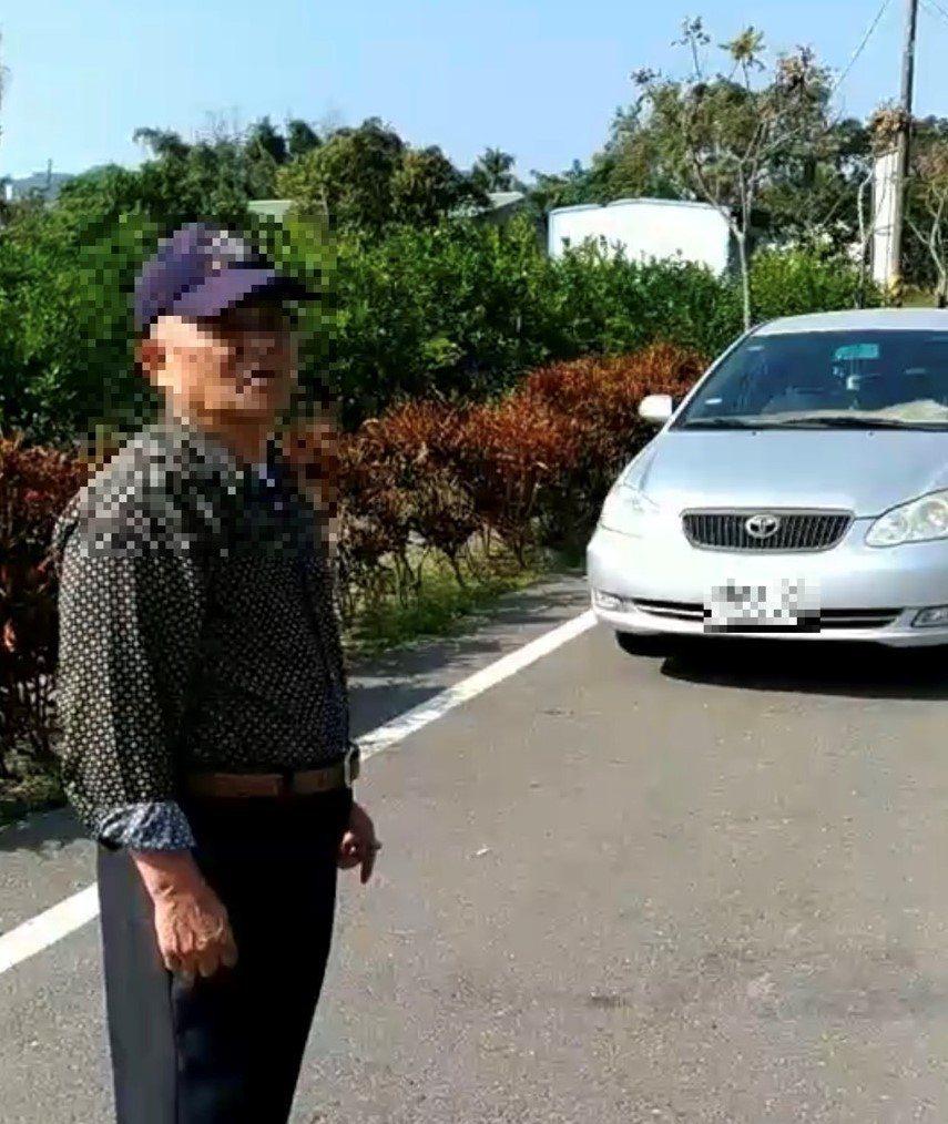 患有輕微失智的75歲戴姓老先生,昨天一早從台南市永康區住家駕車要到醫院抽血,過午...