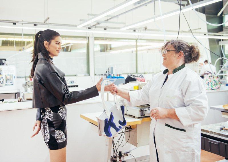 LONGCHAMP品牌大使坎達爾珍娜前往法國工坊體驗My Pliage Signature字母摺疊包訂製服務。圖/LONGCHAMP提供