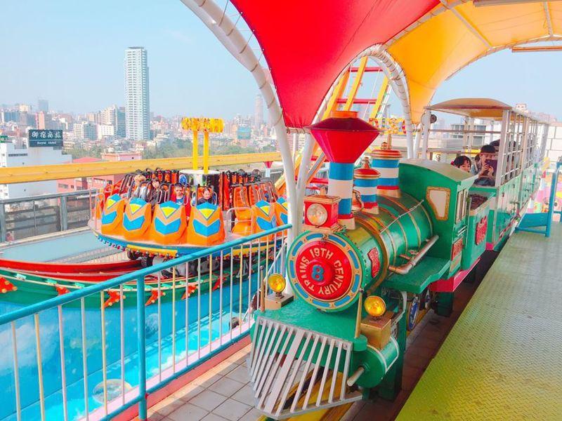 高雄大立百貨「空中樂園」,初一至初五推出10歲以下兒童即可免費玩。圖/摘自大立、大統五福店粉絲專頁