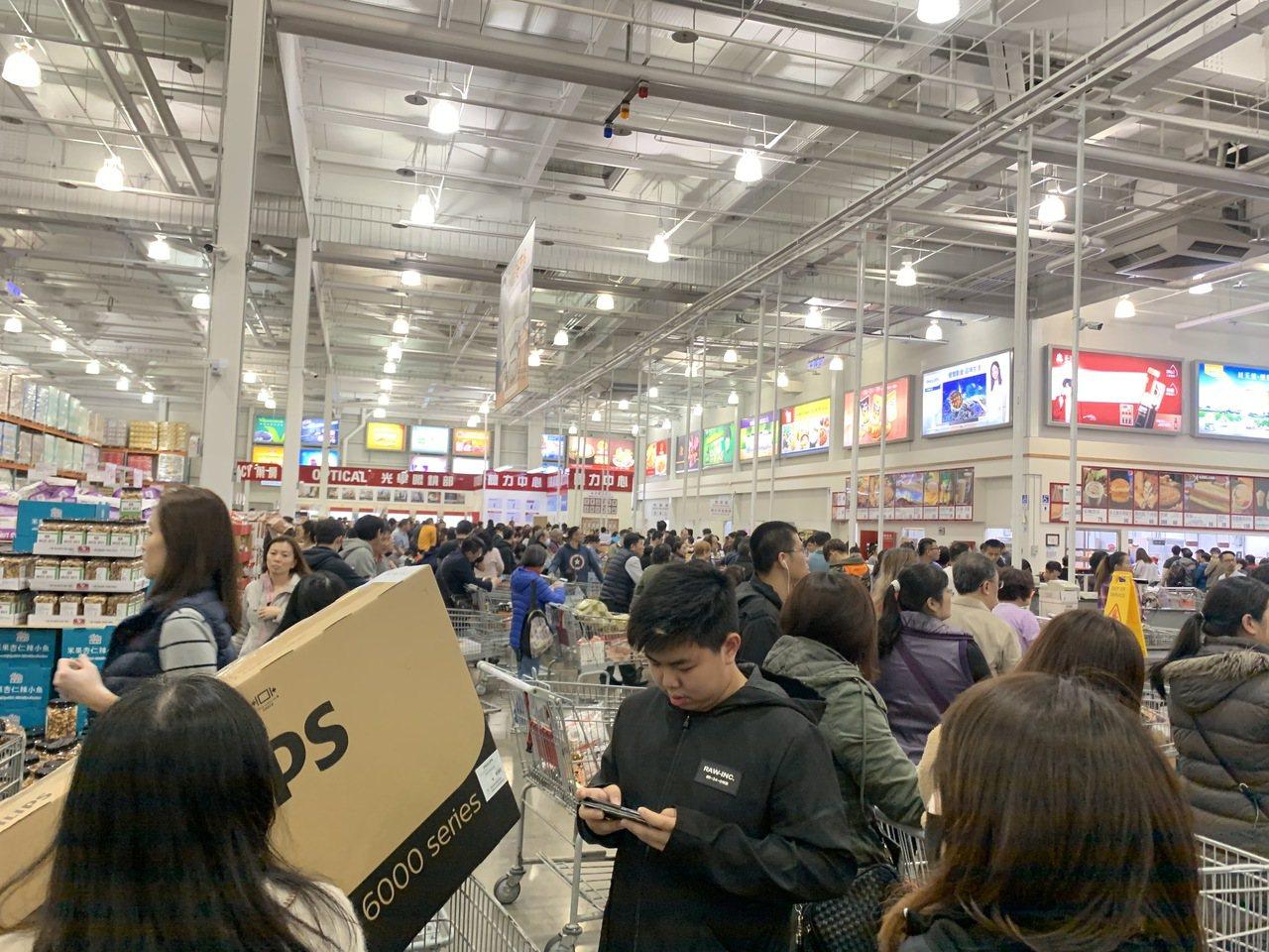 好市多中和店今(1/16)晚收銀櫃檯當機。讀者提供