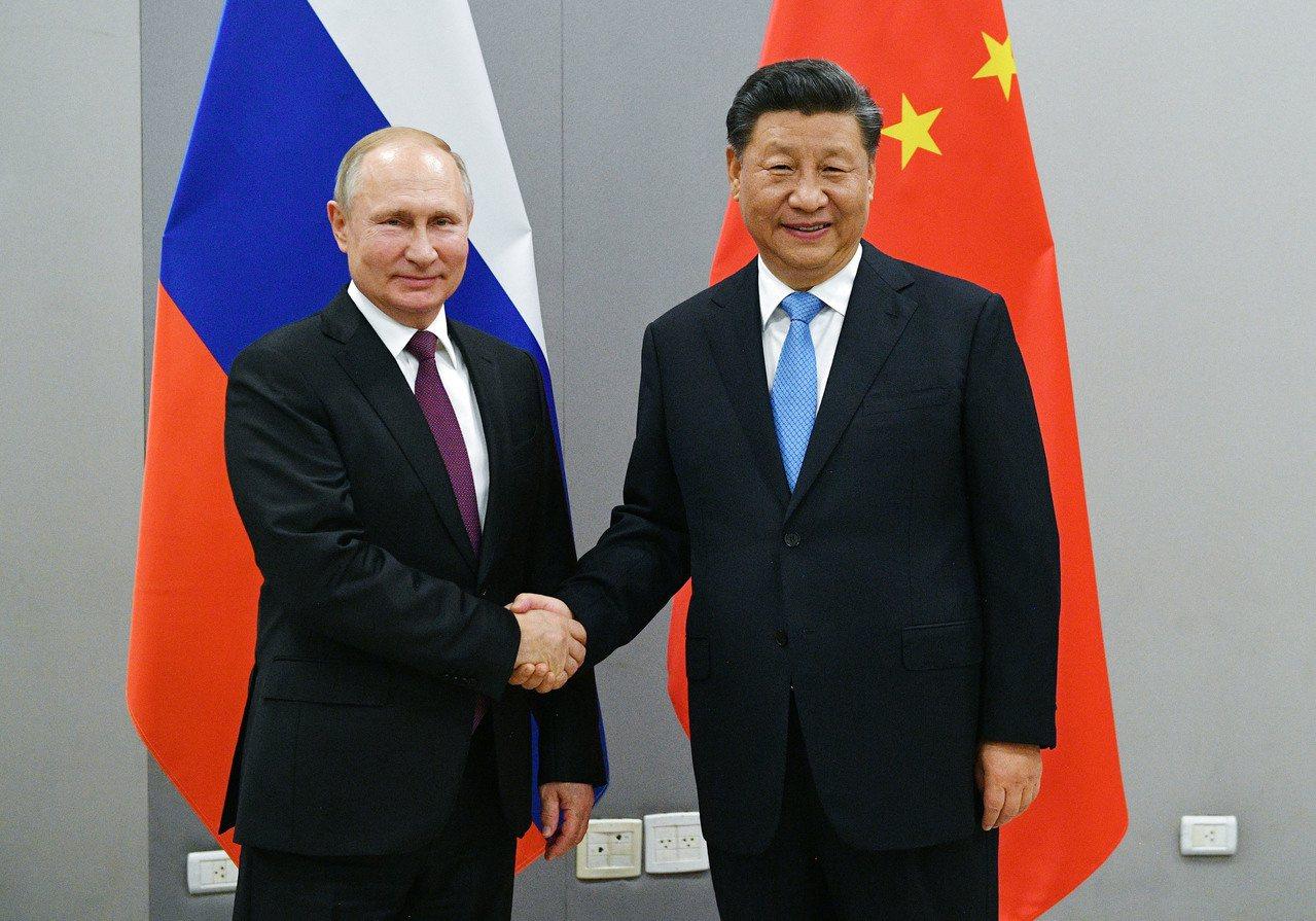 俄羅斯總統普亭與中國國家主席習近平都屬於強人主政。圖為兩人去年11月在金磚峰會場...