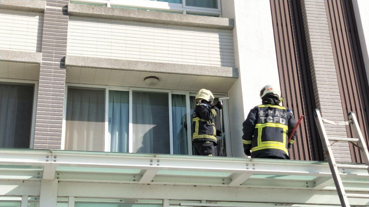 台中兩名幼童不慎誤觸大門暗鎖遭反鎖在屋內,消防人員趕抵現場後架設雙節梯,使用三用...