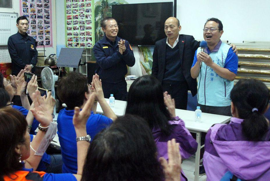 高雄市長韓國瑜今晚走訪巡守隊,獲熱烈歡迎。記者林保光/攝影