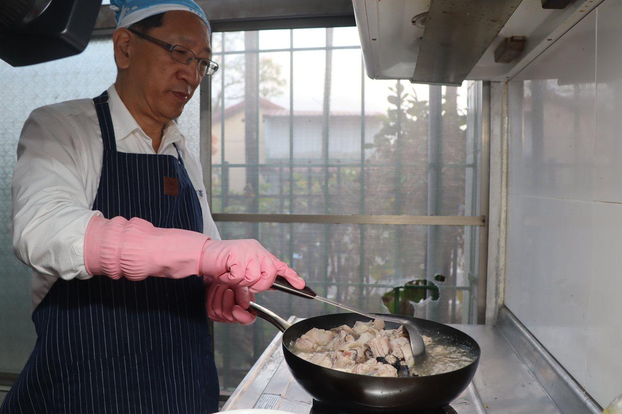 高市府教育局長吳榕峯展現廚藝,下廚慰勞六龜國小住校老師。記者徐白櫻/翻攝