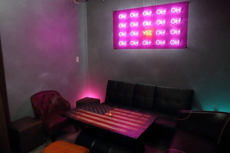 店內的霓虹燈標語,也帶有濃濃的暗示性。記者陳睿中/攝影