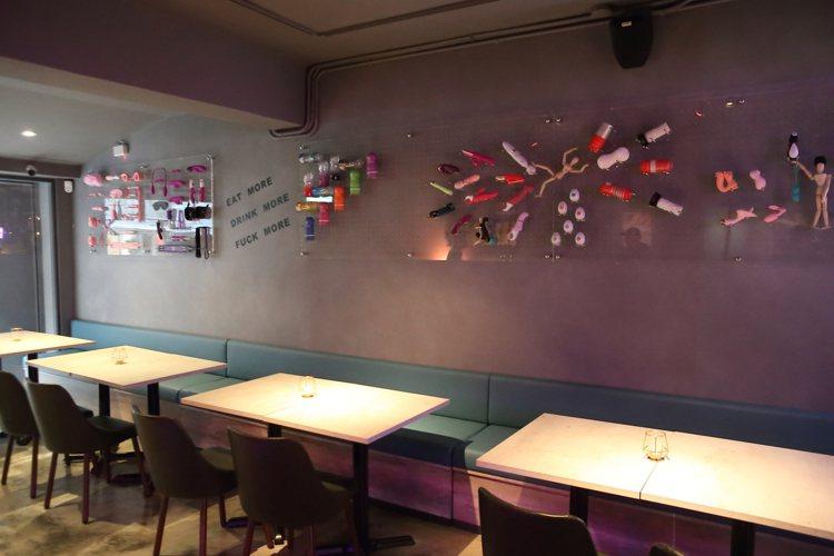 房間餐酒館牆壁上,掛滿百款的情趣用品裝飾。記者陳睿中/攝影