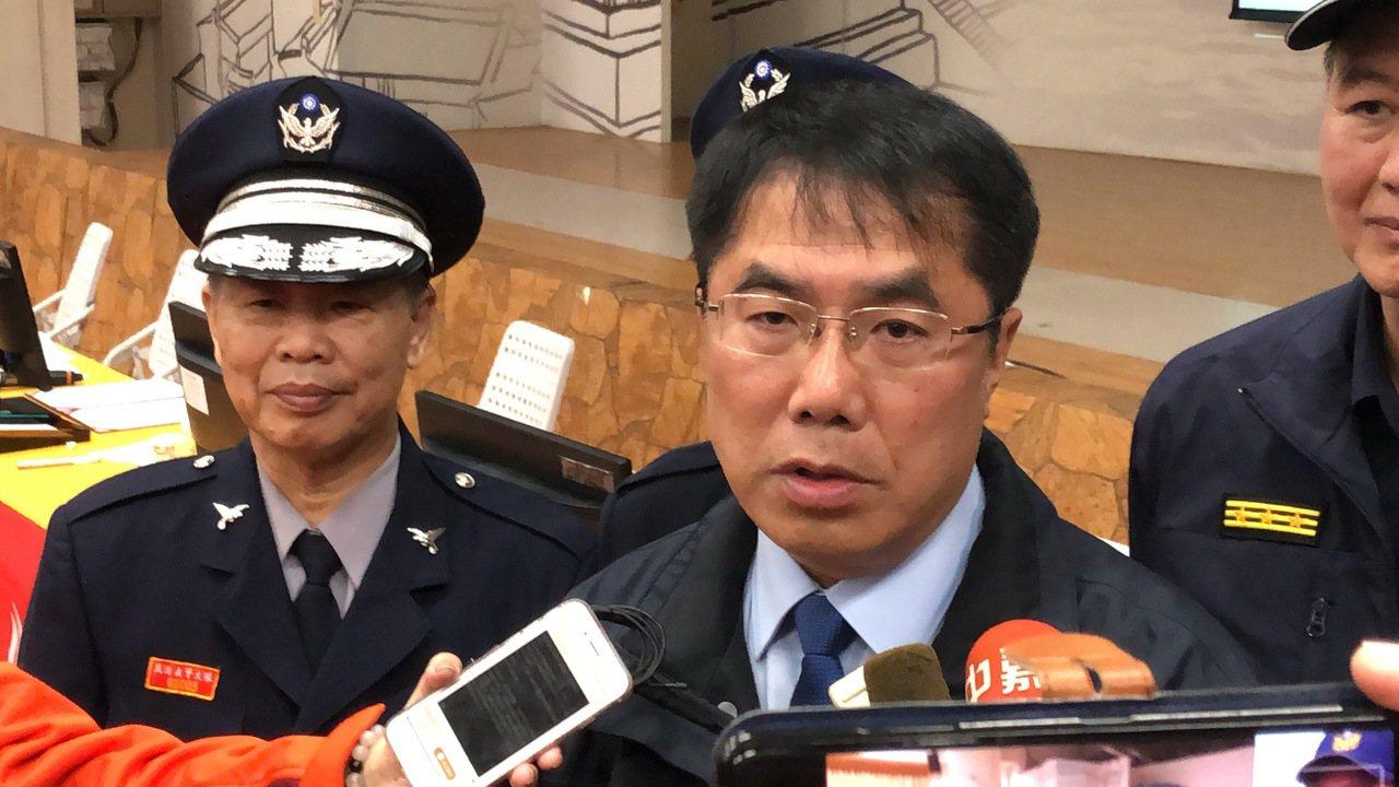 面對警察同仁辛苦的付出,台南市長黃偉哲允諾在考績上酌予增加,贏得熱烈掌聲。記者邵...