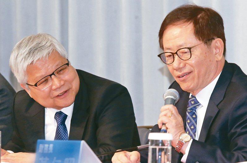 台積電昨天舉行法說會,總裁魏哲家(左)、董事長劉德音(右)共同主持。 記者曾學仁/攝影