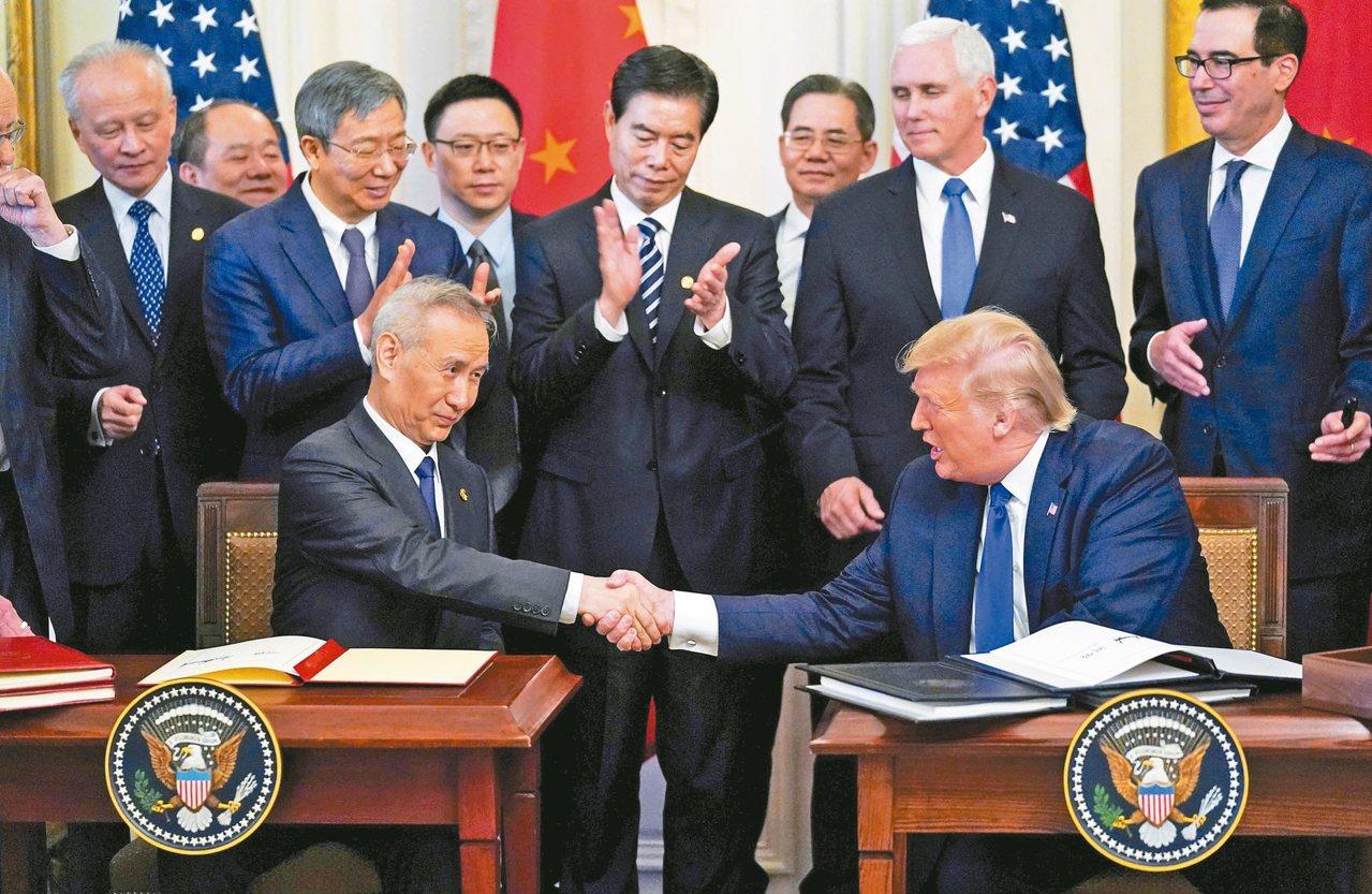 中國大陸副總理劉鶴(左)與美國總統川普(右)十五日在白宮簽署第一階段貿易協議後,...