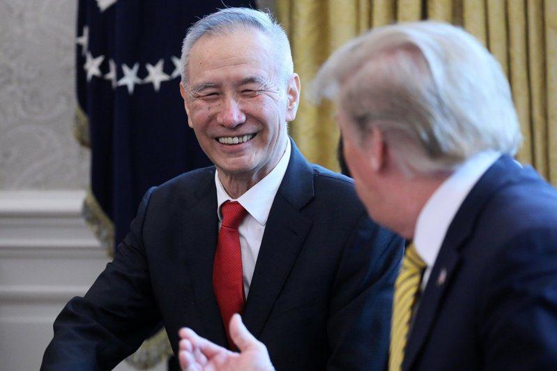 大陸首席貿易談判代表、國務院副總理劉鶴(左)赴美簽署中美第一階段貿易協議。 (路透資料照)