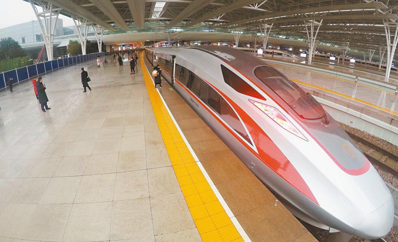 京滬高鐵昨上市,首日股價大漲百分之卅八,總市值達人民幣三三二五億元。圖為「復興號...