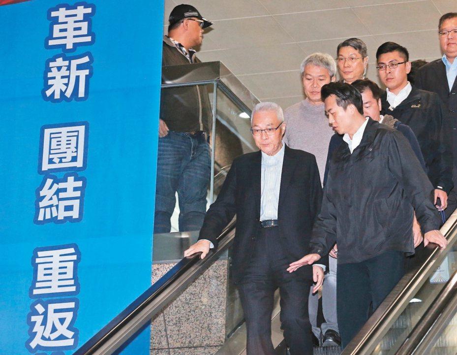 國民黨前天舉行選後第一次中常會,黨主席吳敦義(前左)率領副主席及一級幹部總辭。 圖/聯合報系資料照片