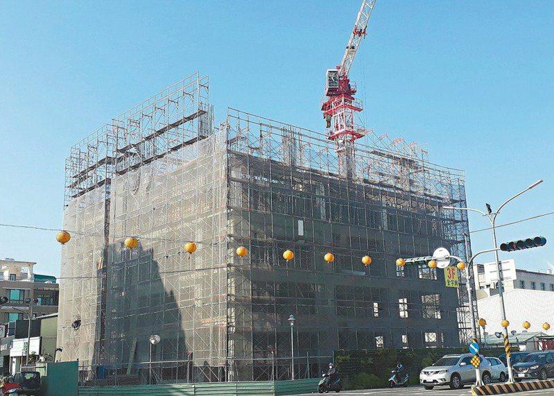 維冠大樓在南台大震時倒塌,預計明年6月原址重建完工。 記者周宗禎/攝影