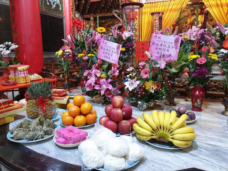 台南港明高中師生西港慶安宮祈福 ,準備600個包子等預祝學測都包中。圖/港明高中提供