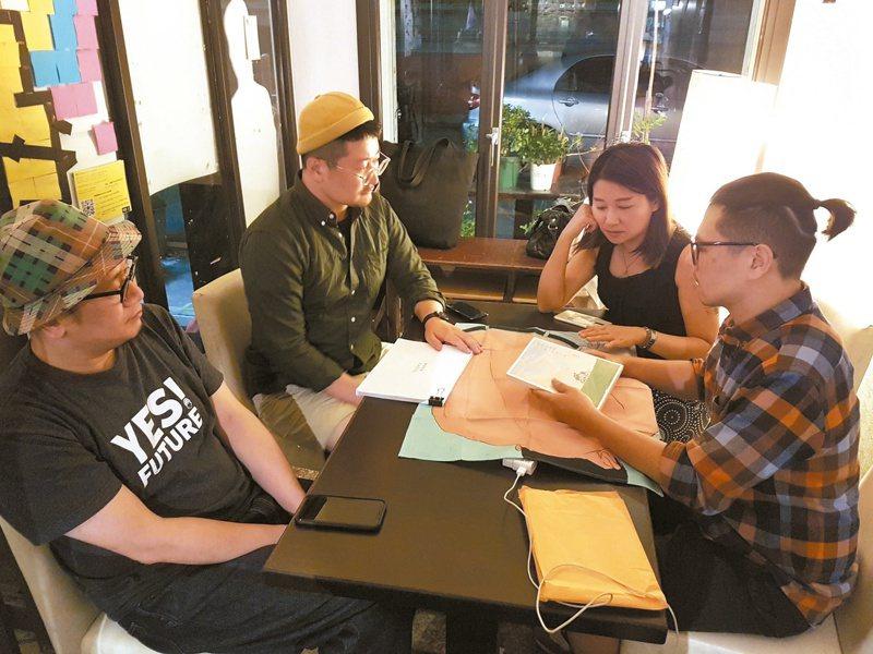 陳夏民(右一)與韓國獨立出版社6699討論《在你背後》。(圖/陳夏民提供)