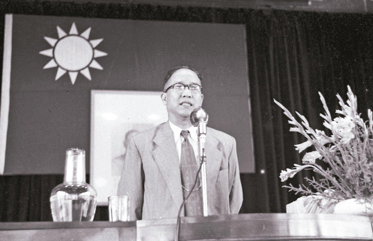 1954年,尹仲容接經濟部長,致詞希望大家一心一德,互相提醒錯誤。(圖/本報資料...