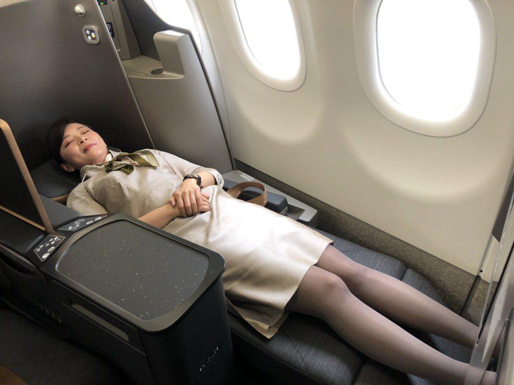星宇商務艙首創國內窄體客機可全平躺,就連身高208公分也能完全躺平。記者侯俐安/...