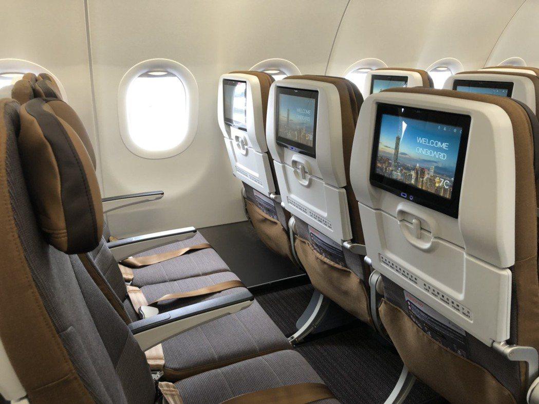 經濟艙整體採用明亮色系搭配俐落及簡練的外型,新式的超薄椅背結構大幅增加腿部空間,...