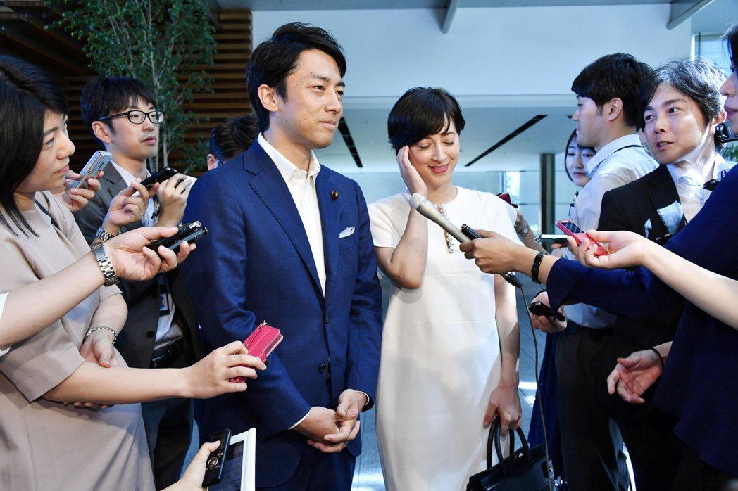 小泉進次郎(左)去年夏天宣布迎娶懷孕的女友、女主播瀧川克莉絲汀(右),並表示他決...