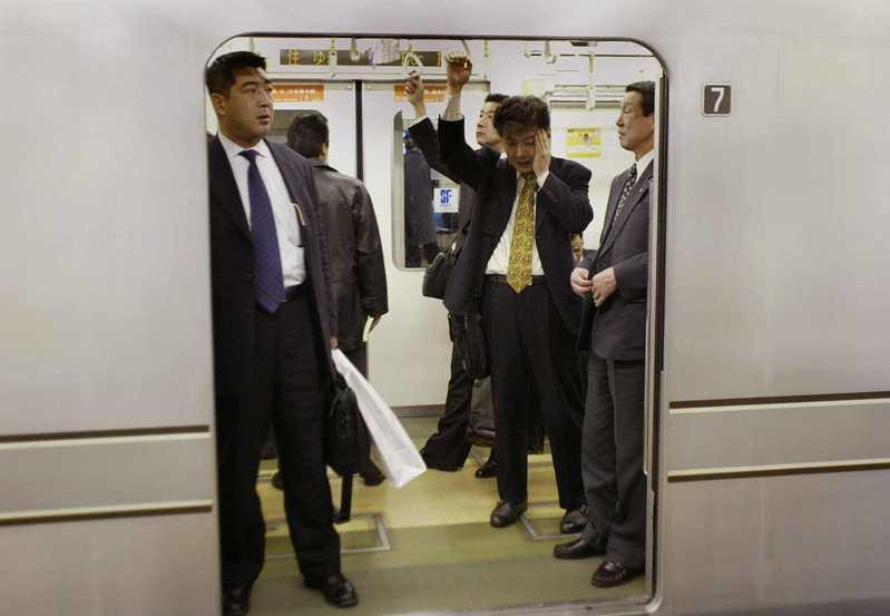 日本少有男性請育嬰假,他們通常被期望要對雇主展現絕對忠誠。 (美聯社)