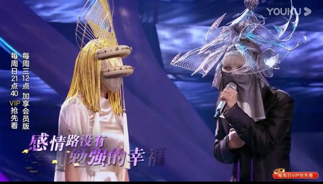炎亞綸與杭天琪合唱「我比誰都清楚」。圖/擷自「蒙面唱將猜猜猜」微博