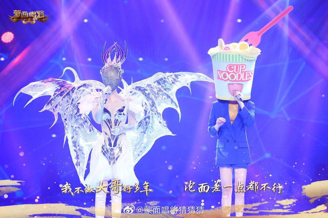 孟美崎與徐懷鈺合唱「我喜歡」。圖/擷自「蒙面唱將猜猜猜」微博
