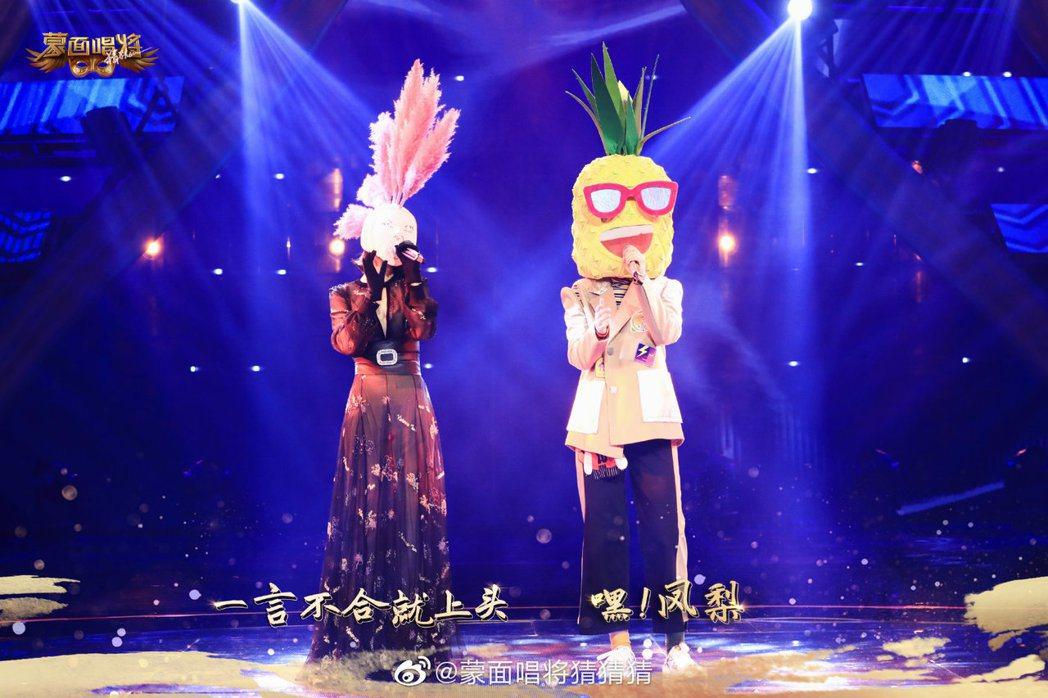 郭靜與Sunnee合唱「同類」。圖/擷自「蒙面唱將猜猜猜」微博