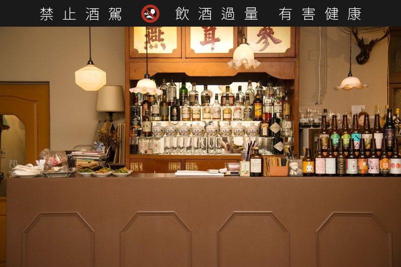 中藥材老櫃展示的是各式洋酒及精釀啤酒。 ※ 提醒您:禁止酒駕,飲酒過量有礙健康,飲酒過量,害人害己。