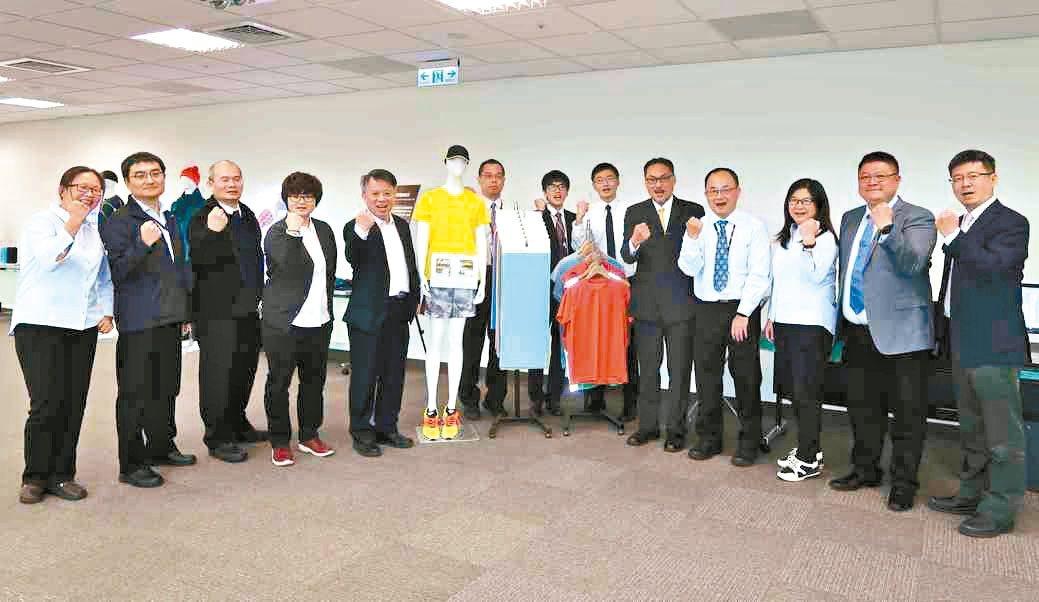 紡織所協理陳宏恩(左五)、主任安大中(右五)與研發團隊代表於先進功能纖維紡織品發...