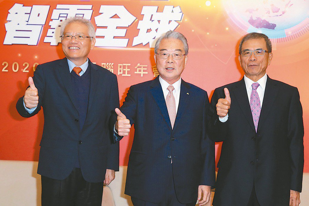 仁寶舉行尾牙,總經理翁宗斌(左起)、董事長許勝雄、副董事長陳瑞聰共同出席。 記者...