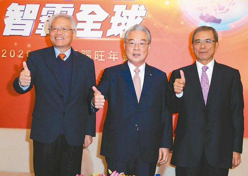 仁寶舉行尾牙,總經理翁宗斌(左起)、董事長許勝雄、副董事長陳瑞聰共同出席。 記者曾吉松/攝影
