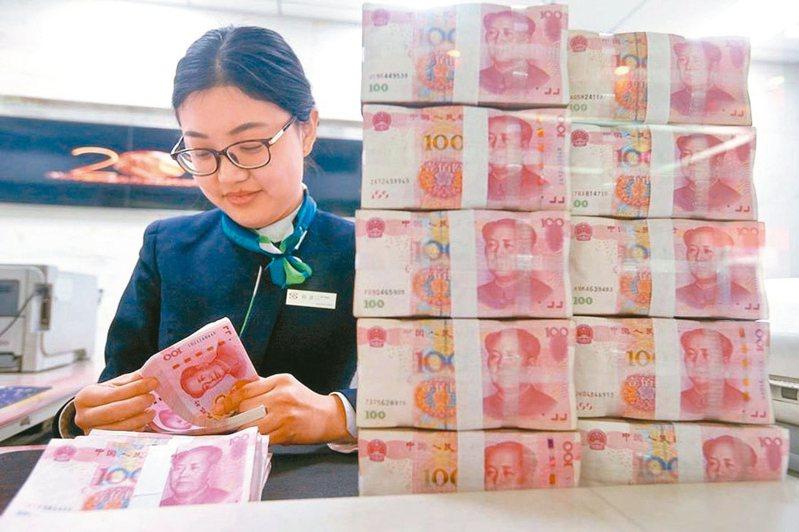 人民幣兌美元即期匯率昨(23)日豬年封關大跌288基點,下午收盤價6.9300,累計豬年人民幣在岸即期匯價貶值2.74%,連續兩年貶值。 (中新社)