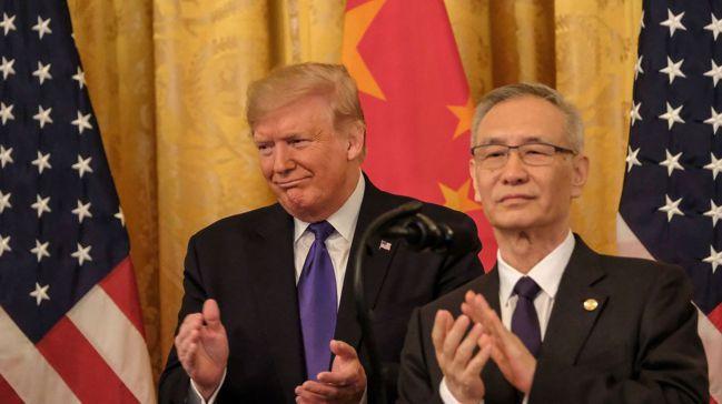 美國總統川普(左)15日與中國大陸副總理劉鶴鼓掌慶賀美中簽署第一階段貿易協議。圖...