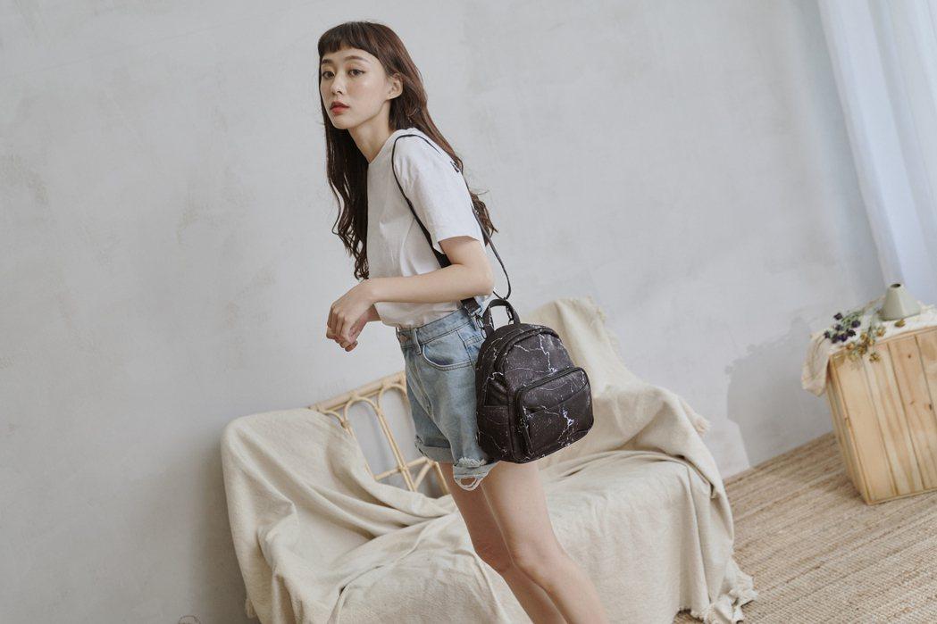 HARPSEAL迷你防水後背包,輕巧設計搭配時尚外觀,為年度人氣熱銷包款。HC ...