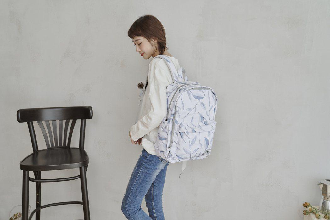 雙主袋設計的旅行後背包,充分運用了每個夾層,在固定的空間內擴充背包的收納功能。H...