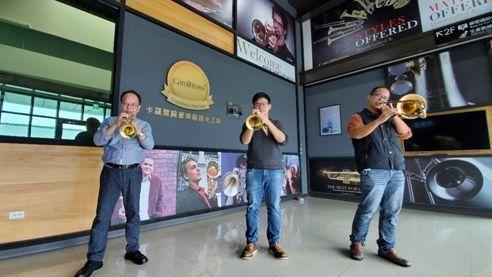 根植嘉義、產品行銷世界25國的賀聲樂器,兩代亦將對事業經營的熱情投注於地方的銅管...