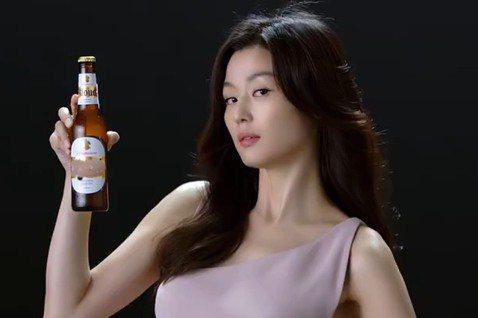 38歲南韓女星全智賢,前年1月產下第二胎,之後火辣鏟肉,先前接拍啤酒廣告,被發現上圍激升,吸引眾人目光。女神雖然已為人母,但廣告卻接不停。全智賢日前身穿緊身開衩裙拍攝啤酒廣告,在服裝的襯托下,凸顯水...