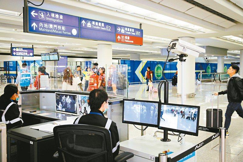 疾管署副署長莊人祥今天說,中國武漢肺炎不排除持續人傳人,有擴大風險。圖為香港機場加強檢疫。 美聯社