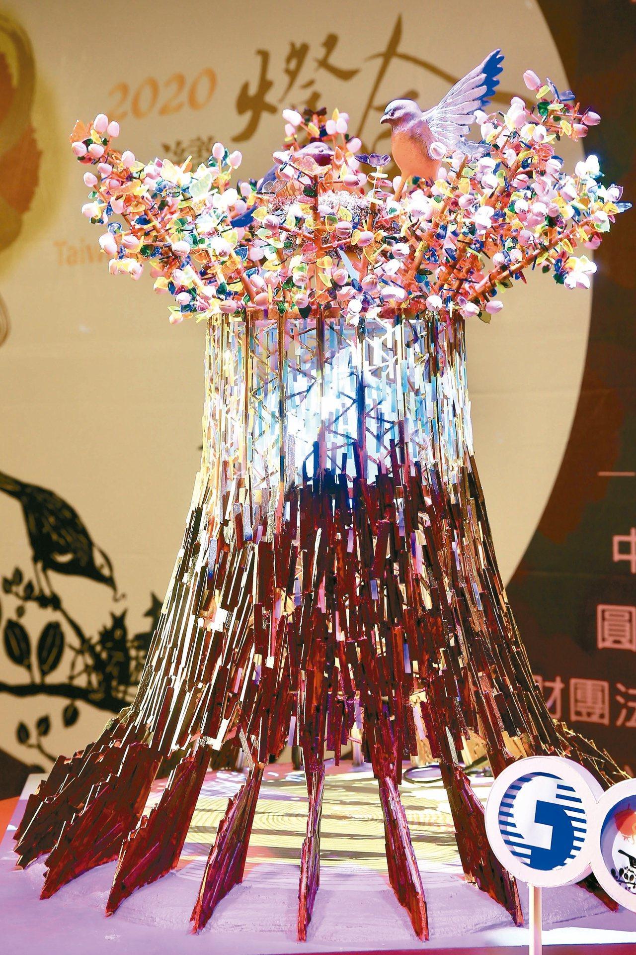 2020台灣燈會主燈和小提燈昨首度曝光,主燈「森生守護-光之樹」結合在地元素,並...