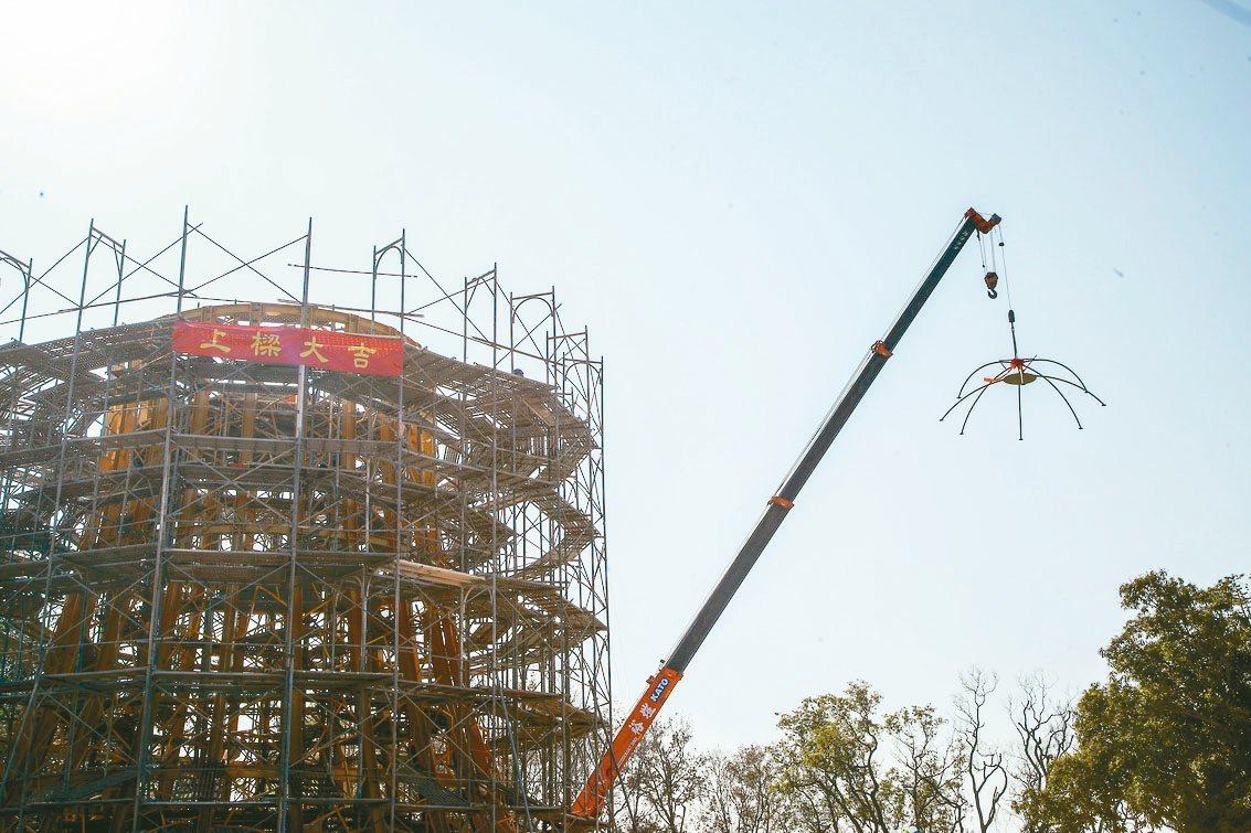 2020台灣燈會主燈「森生守護-光之樹」去年11月開工,昨日上梁,打造超過15公...