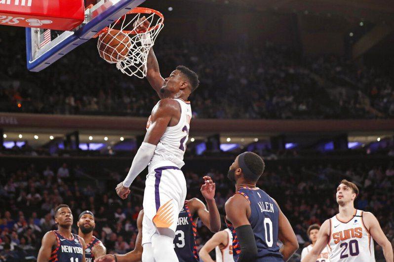 艾頓(Deandre Ayton)今天重回先發,15投11中高效率攻下26分21籃板,創下生涯籃板新高,也是生涯首次雙20。 美聯社