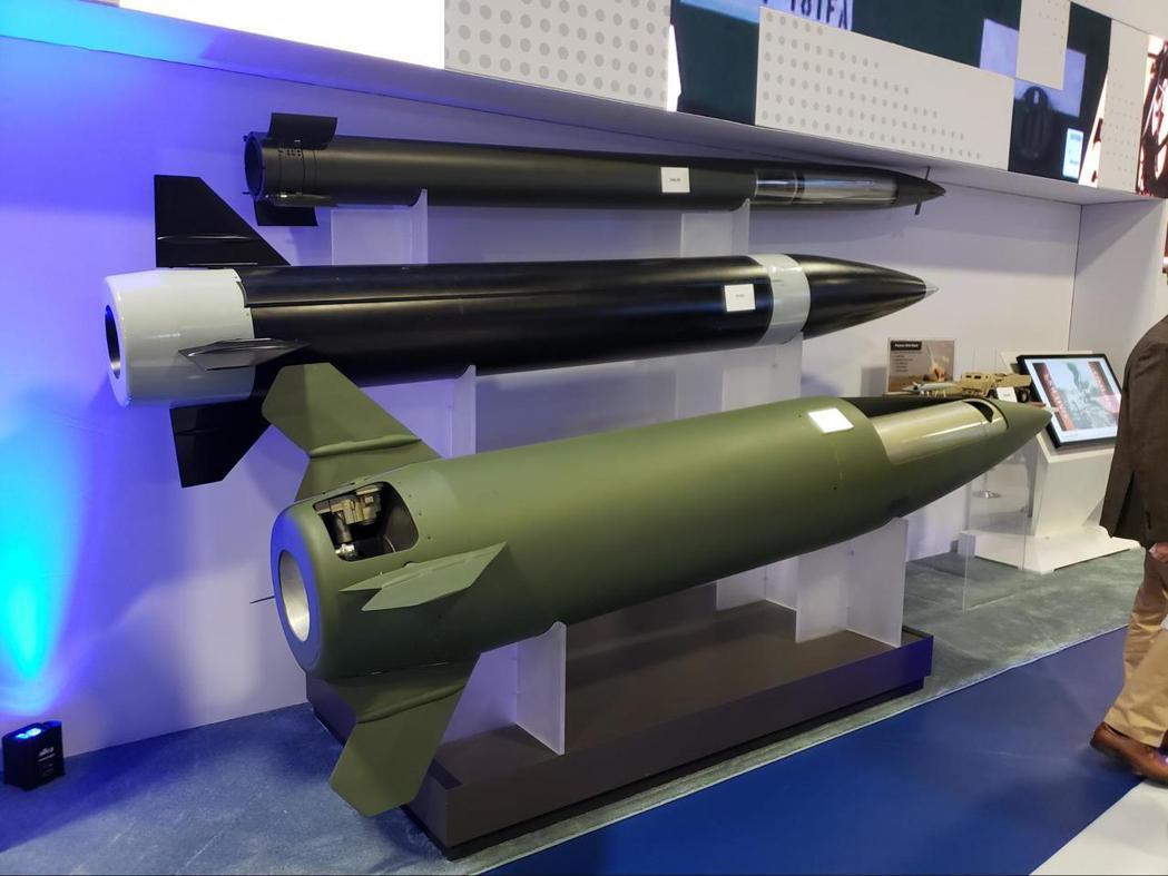 圖中為洛馬競標PrSM計畫的彈體模型,圖下為現役ATACMS的彈體,可看出PrSM彈體的直徑小上許多,這使其實現了「一坑二彈」:在同尺寸發射箱中塞入兩枚飛彈。 圖/作者自攝