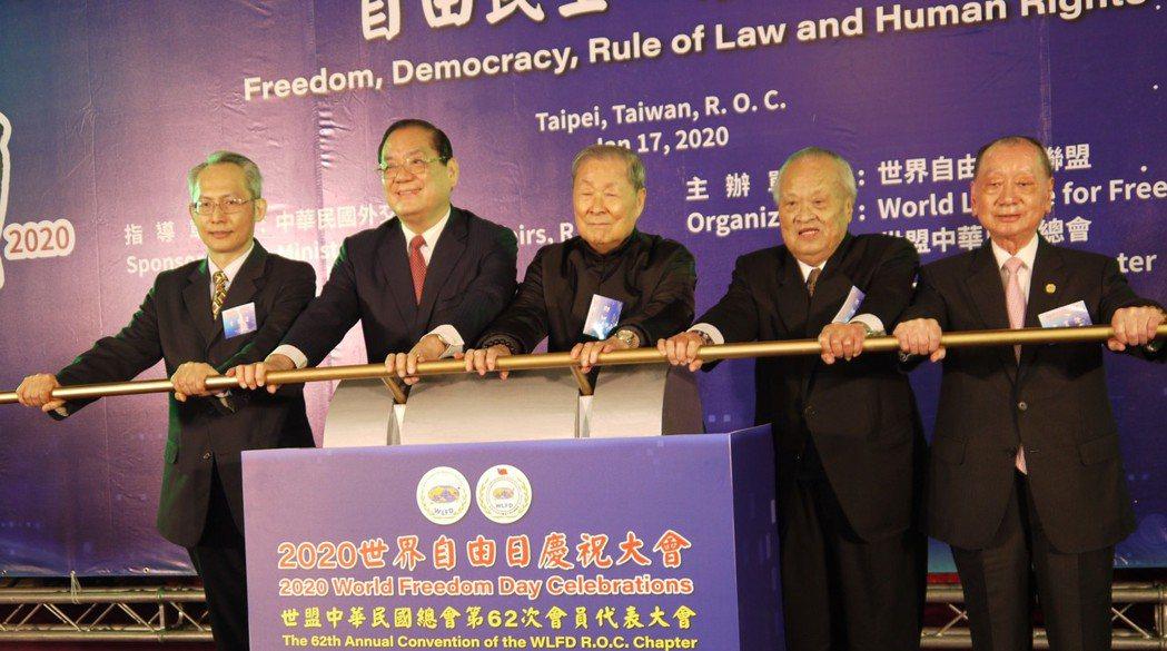 (左至右)外交部NGO國際事務會執行長賴銘琪、世盟中華民國總會理事長曾永權和總會...
