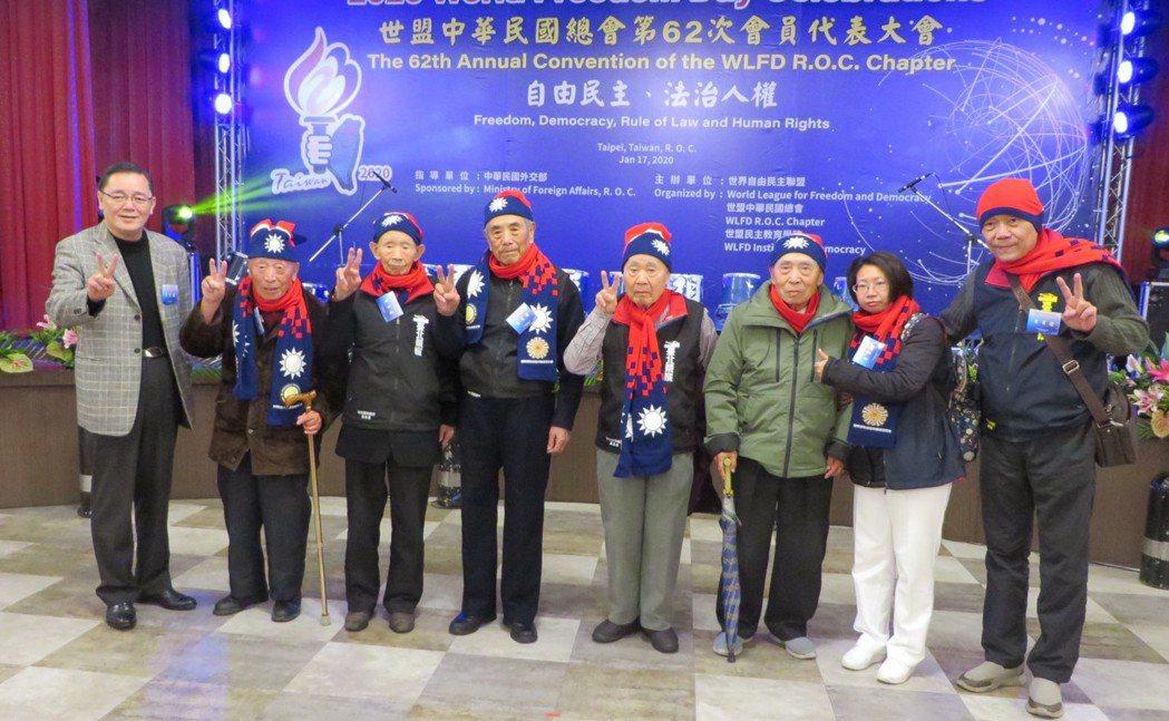 台北榮家副主任曾竹生將軍(左)率韓戰歸國義士六位代表蒞會。