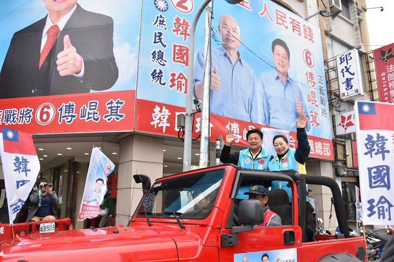 順利當選的傅崐萁,與花蓮縣長徐榛蔚一同展開謝票行程。 圖/聯合報系資料照
