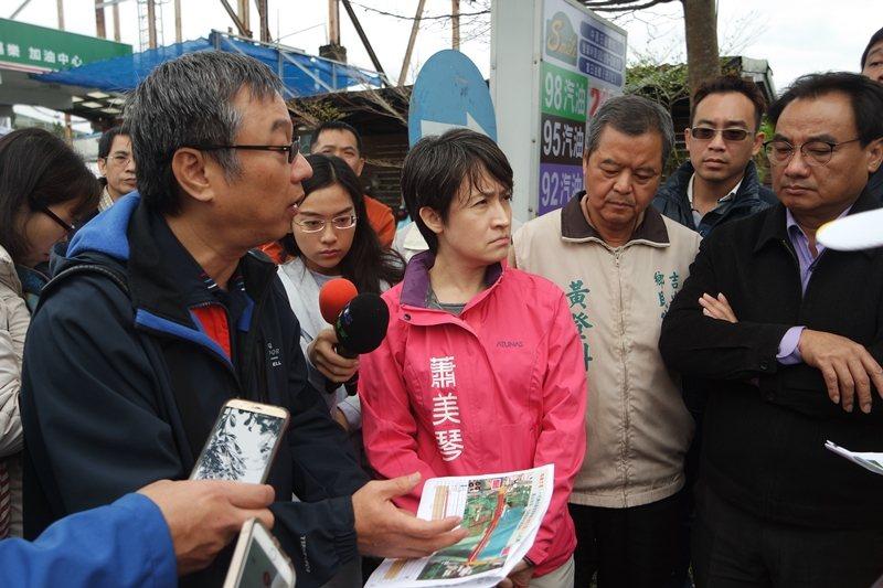 2017年,時任立委蕭美琴(左二)積極參與討論花蓮大橋改建案。 圖/聯合報系資料照